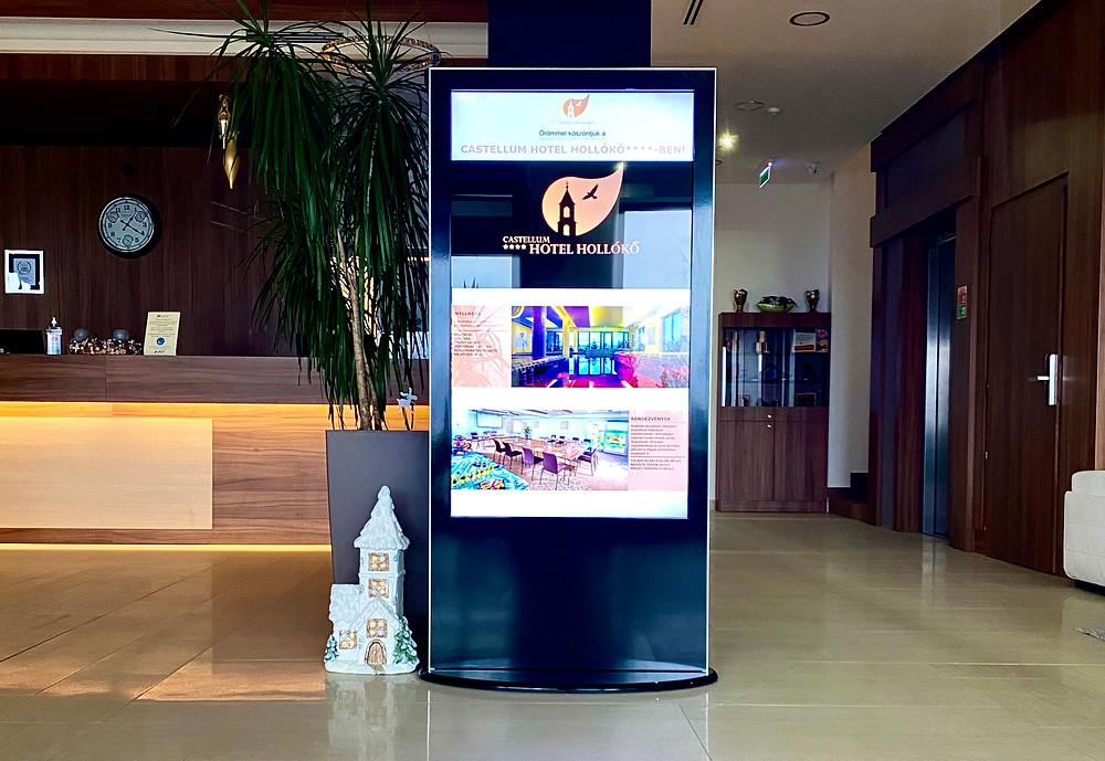 totem hotel digitális reklám kijelző recepió