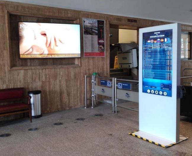digitális reklám totem fürdő