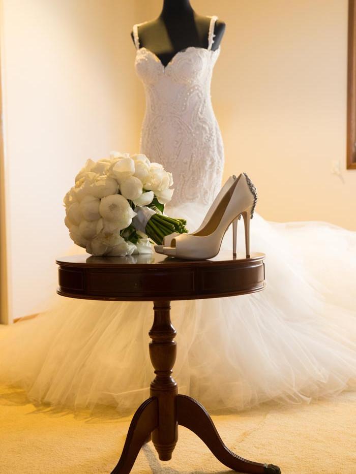 wedding dress-bride's bouquet-wedding shoes buy