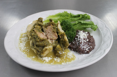 Delicioso Tamalito de Balbuena relleno con nopales y carne de cerdo en salsa verde, ¡delicioso con frijolitos refritos!