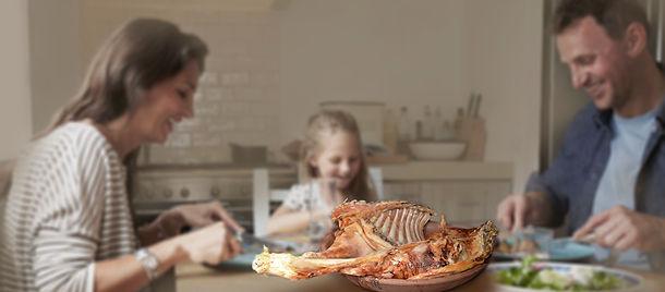 familia comiendo asado_alargada.jpg