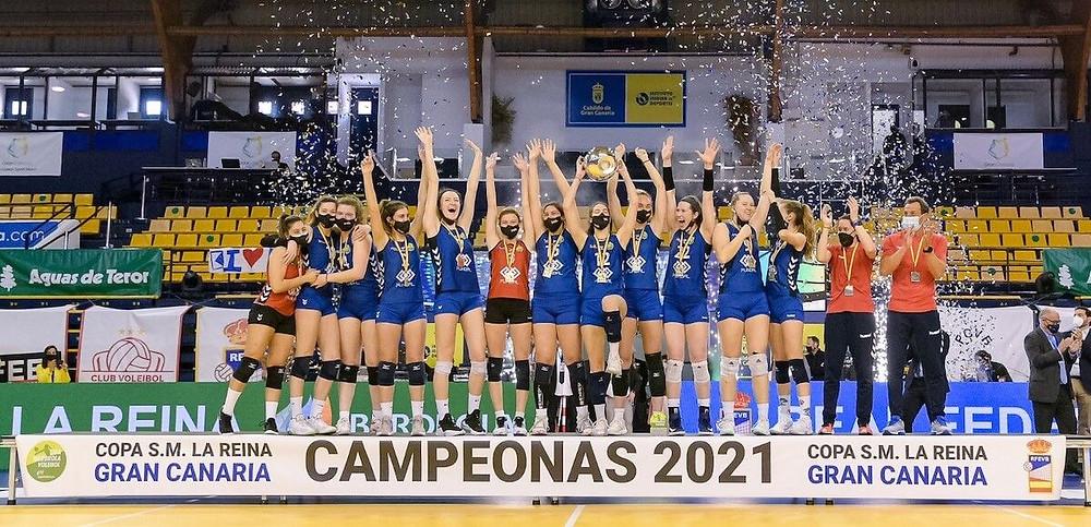 El Feel Volley Alcobendas levantando la Copa de la Reina