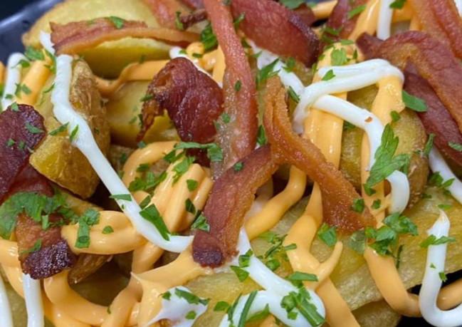 Batata frita com cheddar, catupiry e bacon