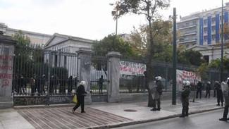 Πολυτεχνείο: Ομάδες καλούν τον κόσμο να εναντιωθεί στην απαγόρευση της πορείας – Στο σημείο τα ΜΑΤ