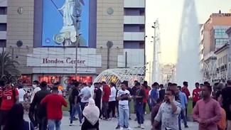 Μουσουλμάνοι γιόρτασαν το τέλος του Ραμαζανιού στην καινούρια πλατεία Ομονοίας (video)