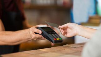 Κάρτες: Παρατείνεται το όριο των 50 ευρώ στις ανέπαφες συναλλαγές χωρίς ΡΙΝ