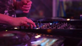 Εξαδάκτυλος: Γιατί ανοίγει η εστίαση χωρίς μουσική