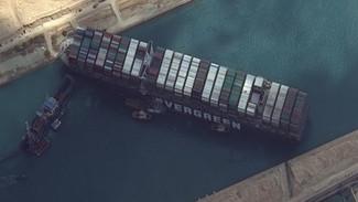 Διώρυγα του Σουέζ: Συνεχίζονται το Σάββατο οι προσπάθειες αποκόλλησης του πλοίου