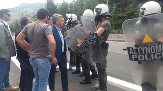 Επεισόδια τώρα στη Μαλακάσα: Χτυπήθηκε ο δήμαρχος Ωρωπού από τα ΜΑΤ