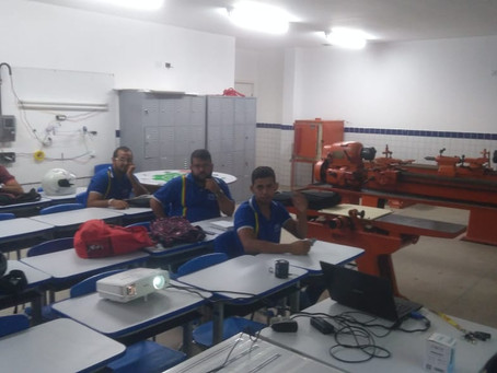 Aula prática em laboratório sobre EPI's do curso de Segurança do Trabalho na ETE ARCOVERDE.