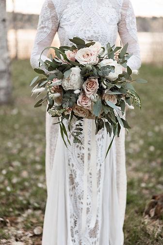 Kukkakimppu, jossa leikkovihreää, ruusuja ja silkkinauhaa