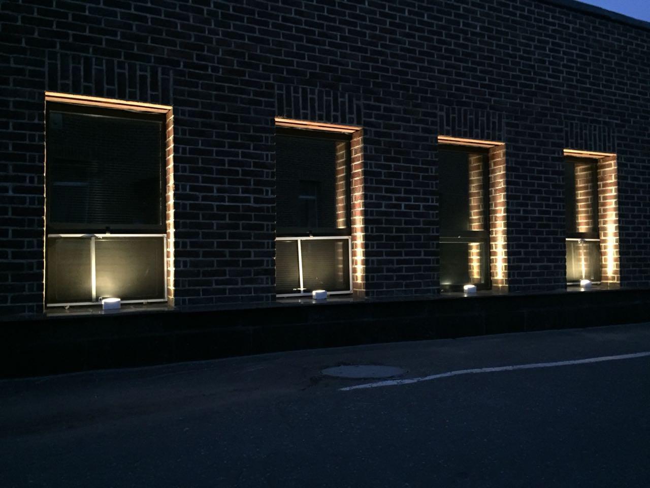 Наружные светильники для освещения фасада БЦ   Certus Lighting