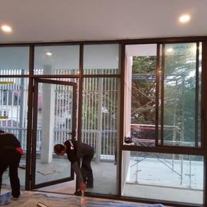 ผลงานติดตั้งประตูอะลูมิเนียมและหน้าต่างอะลูมิเนียม รูปแบบบานติดตาย