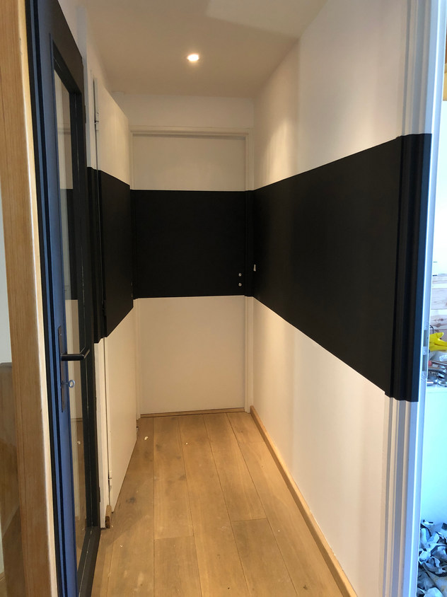 Peinture noire dans couloir