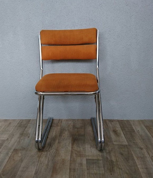 une chaise au design typiquement annes 70 larmature chrome est trs robuste piqures de rouille sur les pieds voir photos le revtement en tissu est - Chaise Annee 70