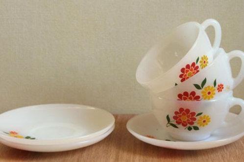 3 tasses à café et leurs soucoupes fleuries
