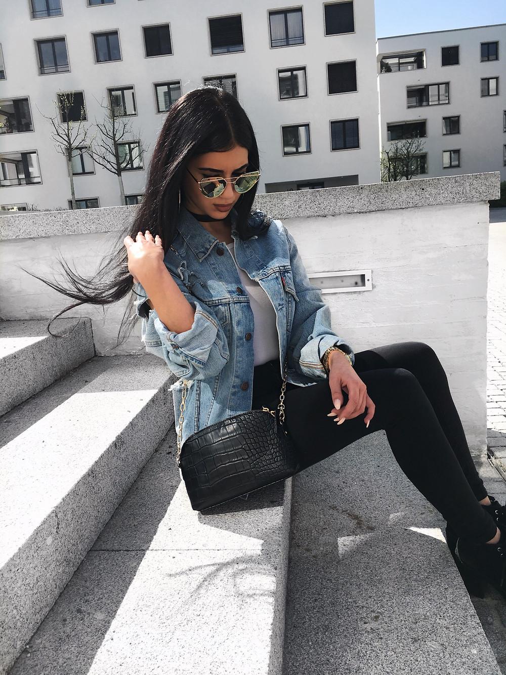 Diese Jeans  Jacke ist von einer Freundin die sie selber zerrissen hat ! Mein Tipp dazu : auch mal was selber zusammen basteln und die Klamotten etwas aufstylen