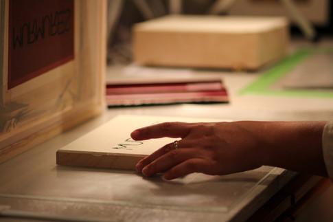 Sérigraphie des « Boîtes à murmures ». Crédit photo : Maude De Blois.