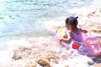 お子様も安心な遠浅な浜辺