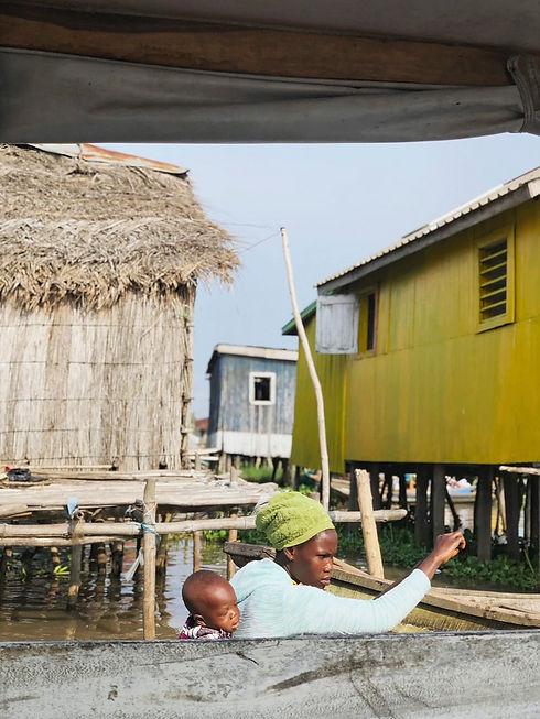 Mujer y niño en Ganvie, Benin