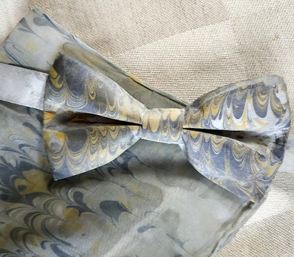 Hedvábný motýlek a kapesníček