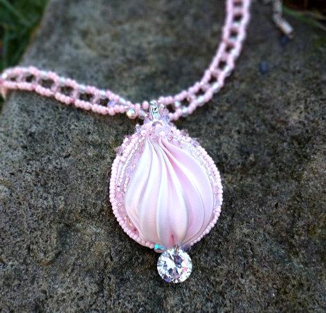 NĚHA, náhrdelník, hedvábná stuha shibori, broušené korálky,Swarovski