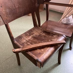 Scaun din lemn cu picior rupt