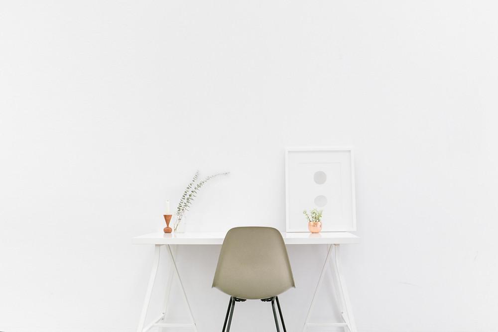 Minimalistischer Arbeitsplatz in weiß