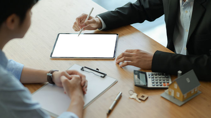 insurance-agents-with-tablet-are-introdu