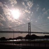 Most 25. dubna vede přes řeku Tejo