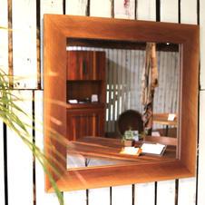 Mirror /walnut Vivo仕上げ640×640 mm(外寸)No.4  ¥26,400- (in Tax)  ウォルナット材で形どった壁掛けミラーです。 表面はザックリとワイヤー仕上げの仕様になっており洗面所などにも最適です。 厚み18mmで製作しています。   ※付属品 石膏ボード用フック