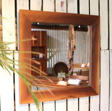 Mirror /walnut Vivo仕上げ640×640 mm(外寸)No.1  ¥26,400-(in Tax)  ウォルナット材で形どった壁掛けミラーです。 表面はザックリとワイヤー仕上げの仕様になっており洗面所などにも最適です。 厚み18mmで製作しています。   ※付属品 石膏ボード用フック