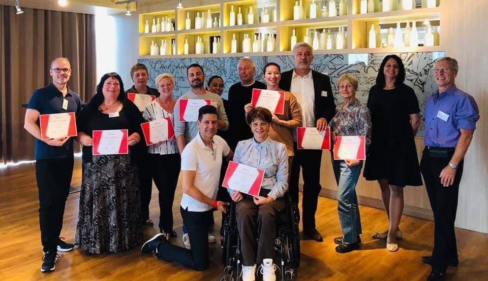 Op deze foto staan alle deelnemers die geslaagd waren voor de eerste cursus tot internationaal jurylid van het Internationaal Paralympisch Comité.