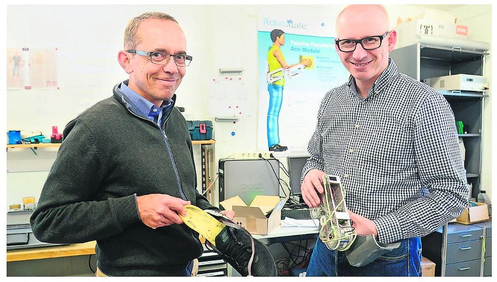 Die Leggings sind momentan in der Reparatur, darum müssen die Schuhsohle mit Sensoren (links, präsentiert von Markus Wirz) und das künstliche Fussgelenk (rechts, präsentiert von Konrad Stadler) aus der Anfangsphase des Projekts zur Demonstration reichen.