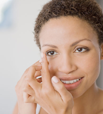 StockImage_woman-putting-contact-lens-in