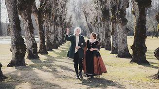 Promenad i parken med herrgårdsfolk FOTO