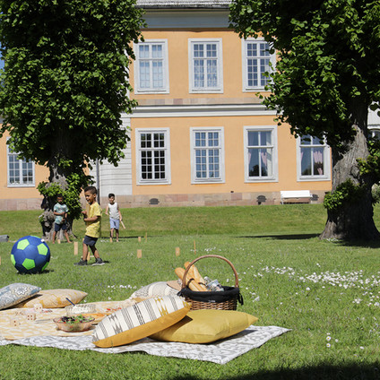 Picknick i parken barnen leker.jpg