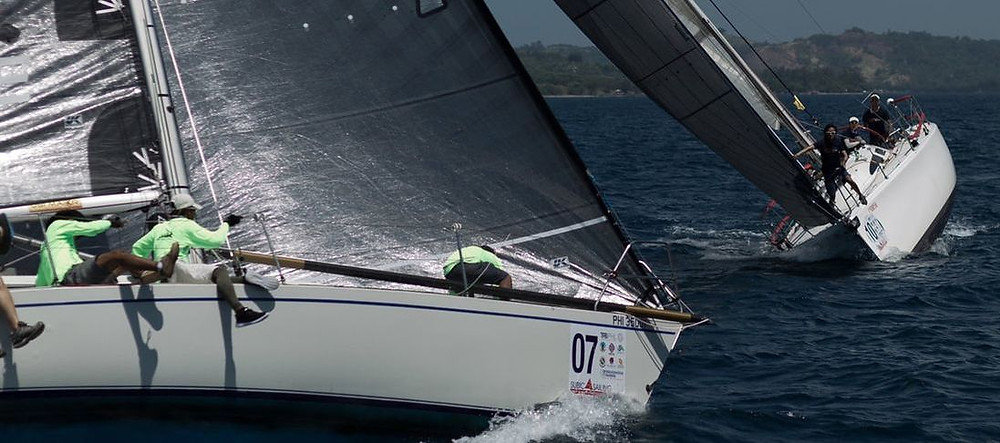 George Hackett's J35 Jo De Ros (foreground) and Gordon Liu's Sydney 38 Kingsman at the Commodore's Cup Regatta
