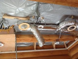 Натяжные потолки в интерьере деревянного дома