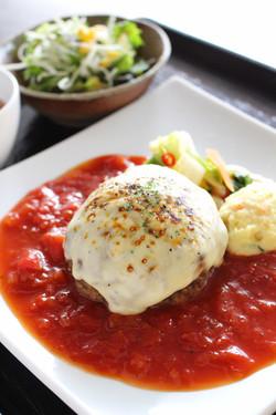 焼きチーズとトマトのハンバーグ