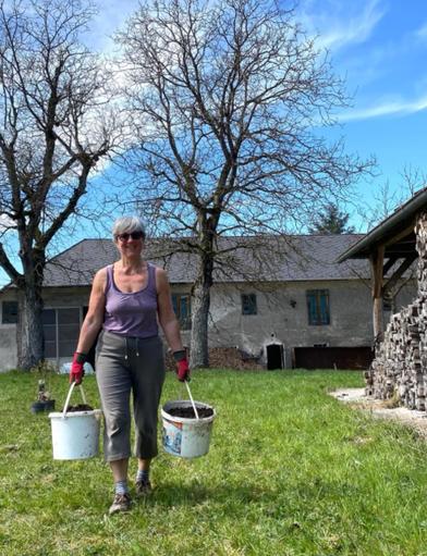Christa holt Kompost für die Pflanzlöcher