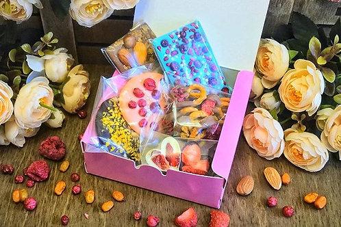 """Подарочный набор """"For You"""" - ассорти из шоколада с ягодами, фруктами и орехами."""