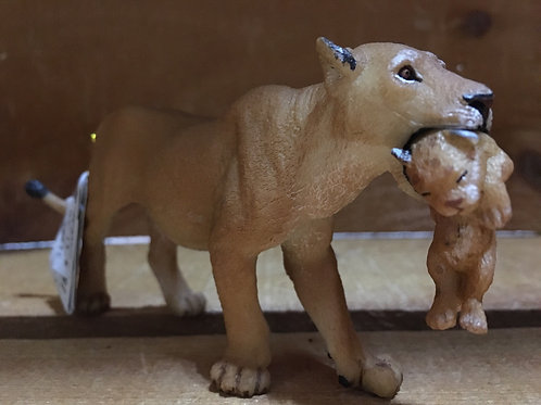 """5.5"""" x 2.5"""" Plastic Lioness and Cub Toy"""