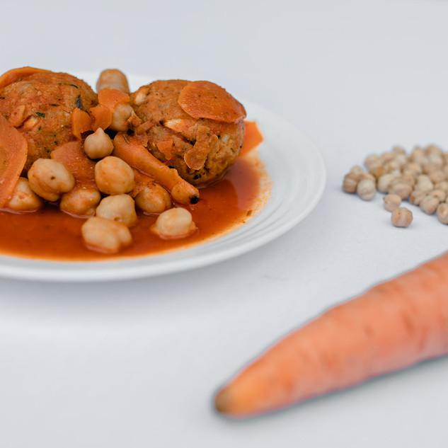 קציצות ברוטב עגבניות פיקנטי וגרגירי חומוס