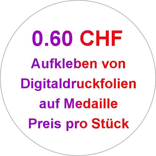 Aufkleben von Digitaldruckfolien auf Medaille