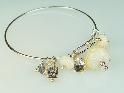 B059 A & A Bracelet Ivory Round Beads w/Clear Scribbles
