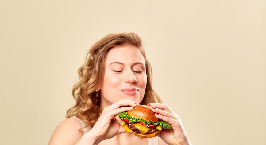 Frau mit Burger.jpg