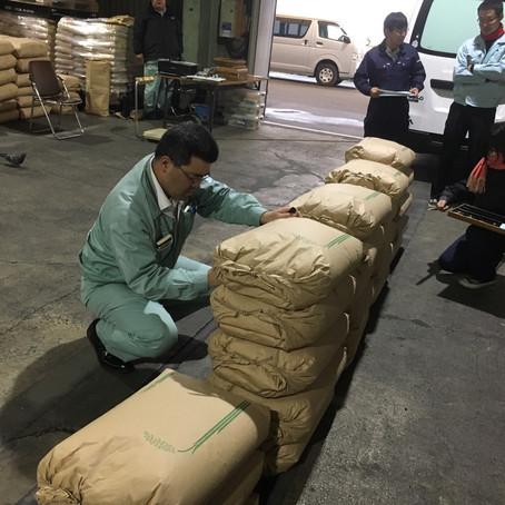 厳しい等級判定検査!!! 中には1等米に迫る良いお米もあり、今年の出来は上々です。