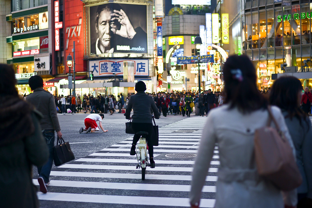 A crazy Japanese doing headrolls on the Shibuya crossing...  - ©Maaike Van Den Meersschaut