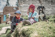 Una niña, un niño y un perro...
